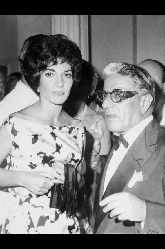 Onassis avec Maria Callas au Sporting Club de Monte-Carlo, en août 1960, l'année de son divorce avec Tina. Le mariage avec Jackie Kennedy mettra officiellement un terme à la liaison du magnat et de la diva.