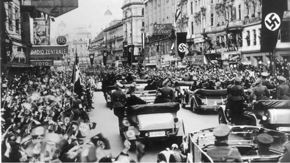 Una multitud saluda a las tropas nazis a su entrada en Viena (o.Ang. / Bundesarchiv)