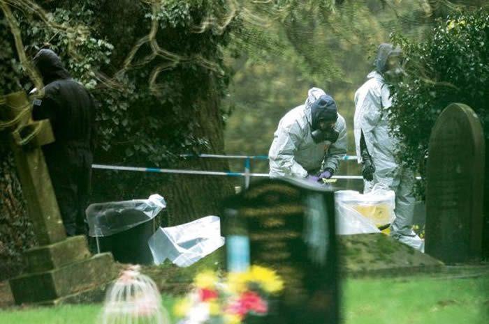 Des experts examinent la tombe de Ludmila, la femme de Sergueï, au cimetière de Salisbury. Il s'y était recueilli avec sa fille le 3 mars.