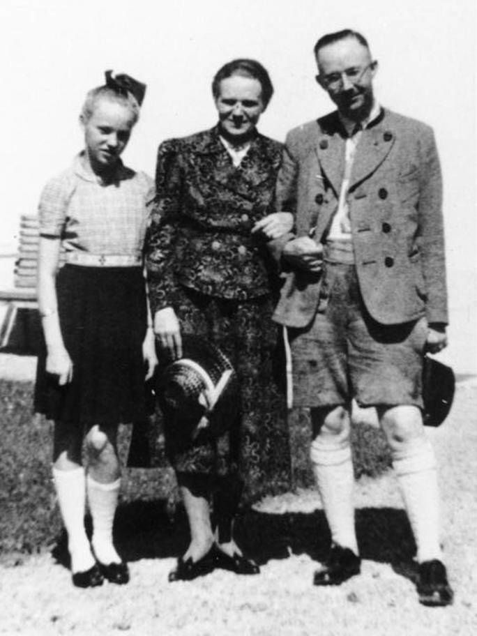 Burwitz with her mother and her father, the chicken farmer-turned-SS-chief, Heinrich Himmler (Bundesarchiv)