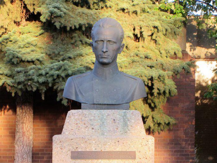 Ce monument à la mémoire de Roman Choukhevytch, commandant suprême de l'Armée d'insurrection ukrainienne de 1943 à 1950, date de sa mort, a été érigé dans les années 1970 à l'entrée du Ukrainian Youth Unity Complex à North Edmonton, en Alberta. Canada. (Photo: gracieuseté de John-Paul Himka)