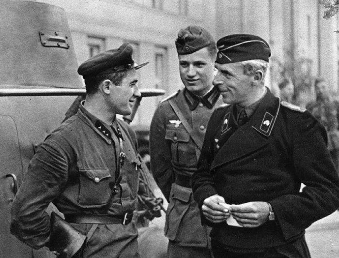 Des officiers soviétiques et allemands en pleine conversation amicale dans la ville polonaise de Brest, récemment envahie, en septembre 1939. Photo prise lors de la parade militaire germano-soviétique à Brest, le 22 septembre 1939.