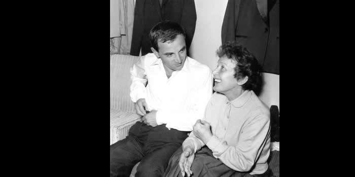 Edith Piaf venue féliciter Charles Aznavour après son spectacle à l'Alhambra à Paris le 9 octobre 1958. Rue des Archives/Credit Rue des Archives/AGIP