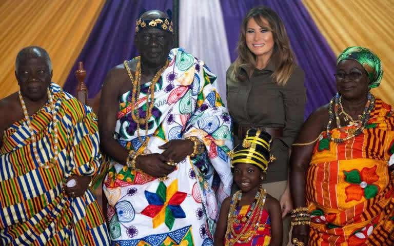 La première dame des Etats-Unis, Melania Trump, pose avec Osabarimba Kwesi Atta II, chef de la tribu régionale fanti (deuxième à gauche), au palais Emintsimadze de Cape Coast, au Ghana, le 3 octobre 2018. Crédits : SAUL LOEB / AFP