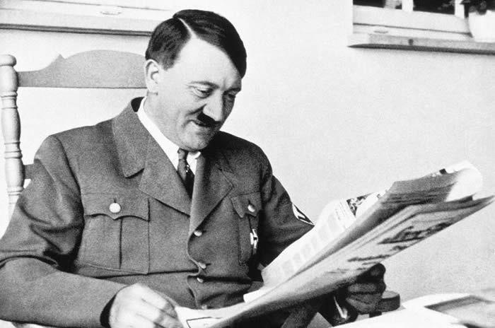 Portrait d'Adolf Hitler lisant le journal, en Allemagne• Crédits : API/Gamma-Rapho via Getty Images - Getty