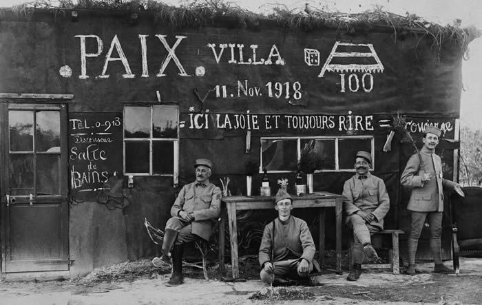 Sur le front, le 11 novembre 1918. Photo Jacques Boyer. Roger-Viollet