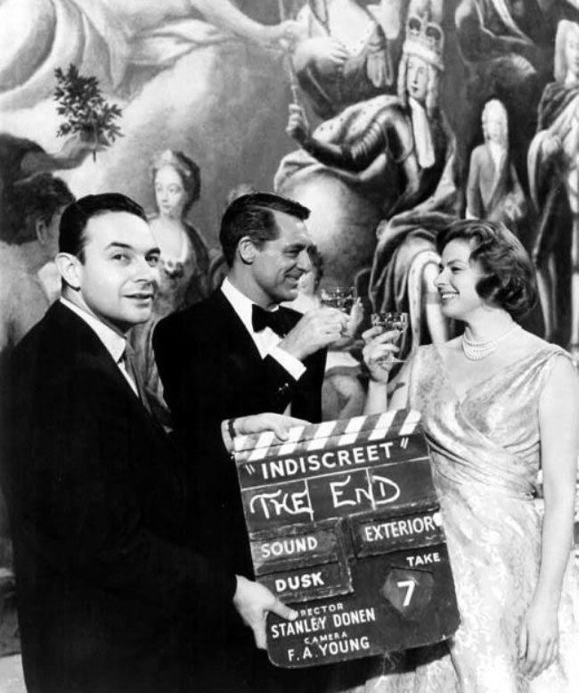 """Clap final pour """"Indiscreet"""" en 1958. A l'arrière Ingrid Bergman et Cary Grant. Crédits: DR"""