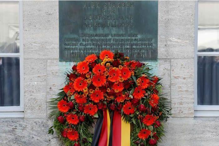 Une plaque en hommage aux auteurs de l'attentat manqué contre Hitler il y a 75 ans. Fabrizio Bensch/Reuters