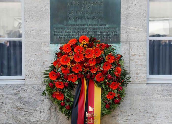 La couronne de fleurs déposée en hommage à Claus von Stauffenberg à Berlin, le 20 juillet 2019  REUTERS