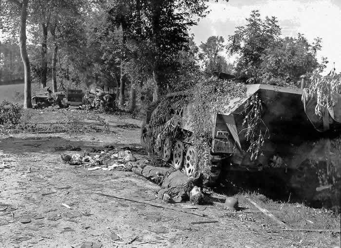 Soldat de la « Das Reich » mort près de son semi-chenillé SdKfz 251 en Normandie (12 août 1944). Crédit photo : National Archives USA, US Army Photograph – CC