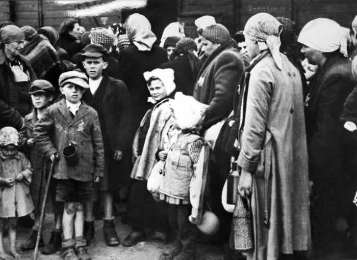 Des femmes et enfants juifs à leur arrivée par train au camp d'extermination d'Auschwitz ( INTERFOTO / STF )