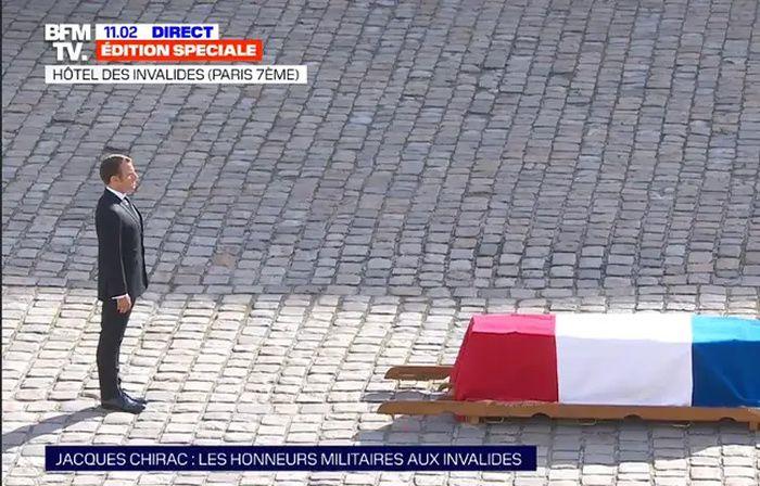 Les honneurs militaires sont rendus à Jacques Chirac dans la cour des Invalides, en présence d'Emmanuel Macron. - Capture d'ecran/BFMTV