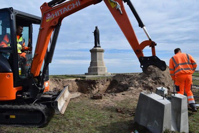 Une excavation juste au pied de la vierge noire de Ravenoville-Plage d'où ont été prélevés 73 obus de mortiers allemands. (©La Presse de la Manche)