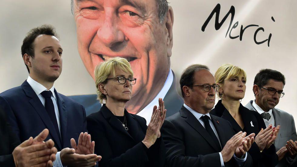 Claude Chirac, la fille de l'ancien président et François Hollande, lors d'un hommage à Jacques Chirac à Sainte-Féréole, samedi 5 octobre. Georges Gobet, AFP