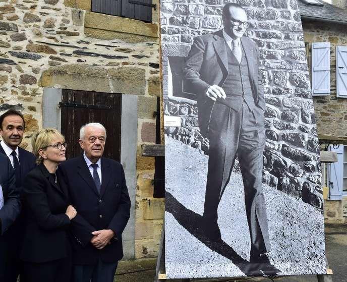 Claude Chirac et son mari Frédéric Salat-Baroux, lors d'un hommage à Jacques Chirac à Sainte-Féréole en Corrèze, le 5 octobre. GEORGES GOBET / AFP