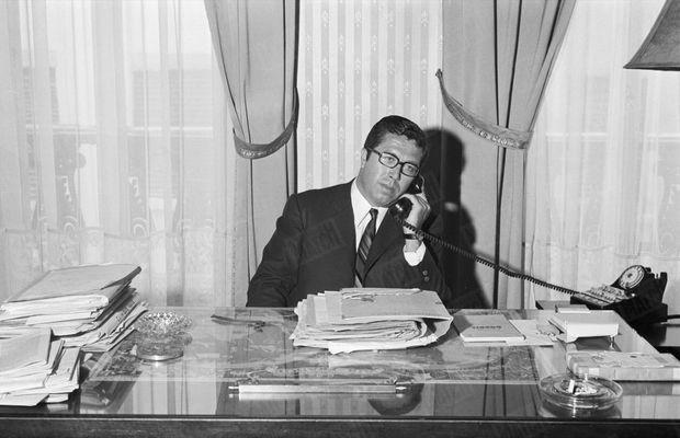 Maître André Soulier, l'avocat de Jean-Marie Deveaux, dans son bureau de Lyon, en 1969. Gérard Gery / Paris Match