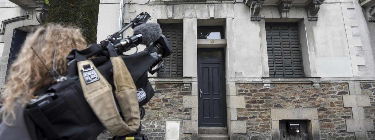 Une journaliste filme l'ancienne maison de la famille Dupont de Ligonnès, le 12 octobre 2019 à Nantes (Loire-Atlantique). (SEBASTIEN SALOM-GOMIS / AFP)