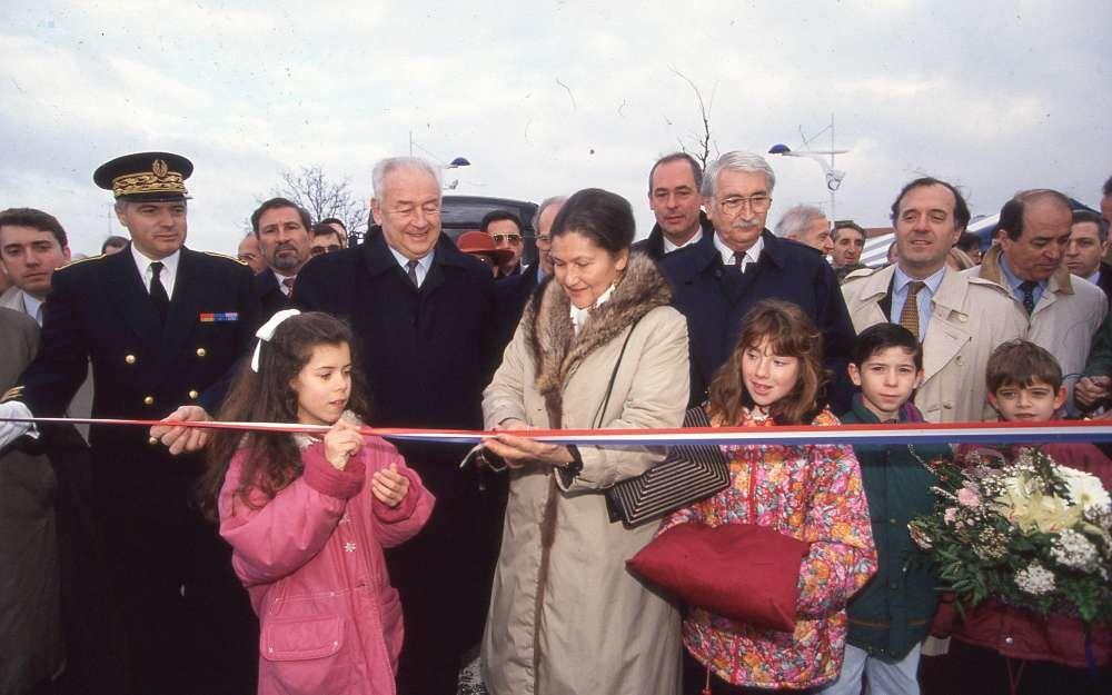 """Le 22 décembre 1994, il accueille Simone Veil à Angoulême pour inaugurer le """"Boulevard Bleu""""."""