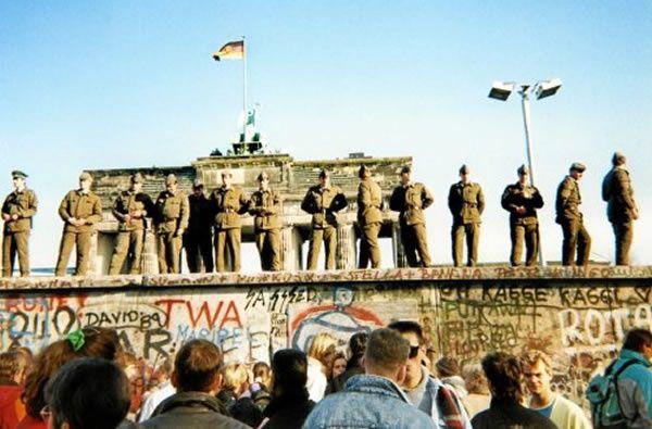 Le 11 novembre 1989, des gardes-frontières est-allemands toujours en faction sur une section du Mur de Berlin, devant la Porte de Brandebourg. (Photo d'archives AFP)