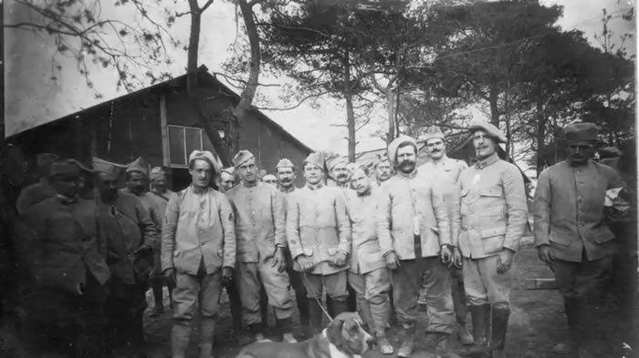 Porteurs des uniformes fabriqués dans les ateliers de la manufacture castelroussine Balsan, les soldats du 90e RI au repos à Saint-Hilaire-le-Grand (Marne), en septembre 1916. (Photo collection Jérome Charraud)