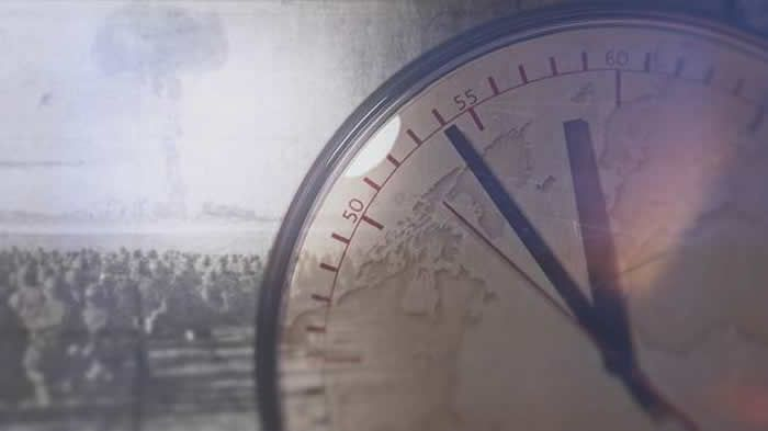 Après l'invention de la bombe atomique, les scientifiques américains inventent une échelle de mesure du danger de guerre nucléaire, qu'ils appellent « l'horloge de l'Apocalypse ». Si les aiguilles fatidiques atteignent minuit, ce sera la grande catastrophe. | NARA – INFOGRAPHIE CC & C