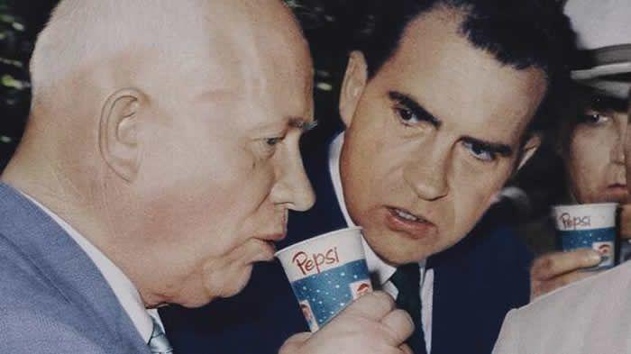 1959, Nixon et Khrouchtchev boivent du Pepsi à l'occasion d'une exposition américaine organisée à Moscou. C'est la période du Dégel. | GETTY IMAGES