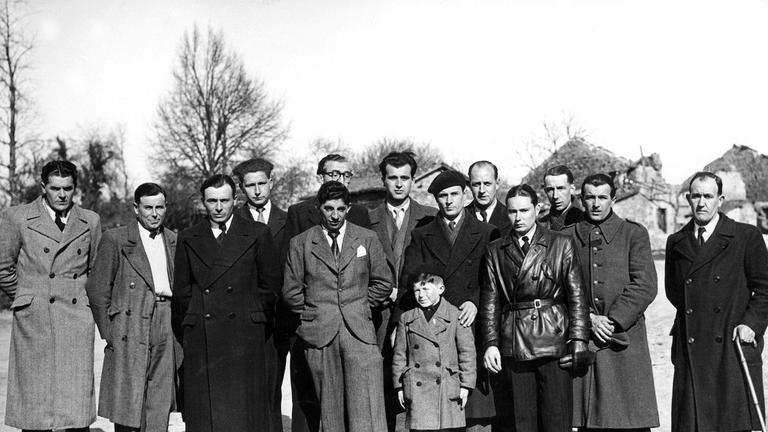 Les hommes rescapésdu massacre d'Oradour-sur-Glane, perpétré par les nazis le 10 juin 1944, dans le village du Limousin: au premier plan le jeune écolier Roger Godfrin. Rue des Archives/Rue des Archives/Tallandier