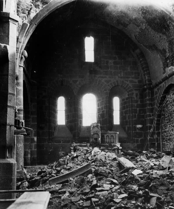 Intérieur de l'église d'Oradour-sur-Glane, où furent enfermés les femmes et les enfants, avant que les SS n'y mettent le feu le 10 juin 1944. Rue des Archives/Rue des Archives/Tallandier
