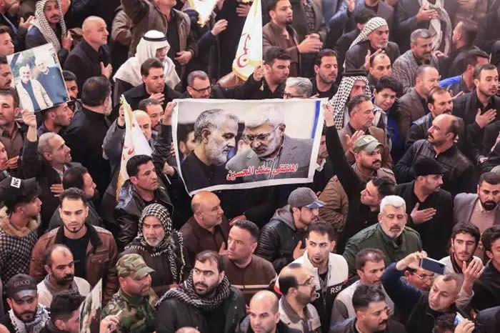 Cortège funèbre de Abou Mehdi Al-Mouhandis et de Ghassem Soleimani, à Karbala, en Irak, le 4 janvier. MOHAMMED SAWAF / AFP