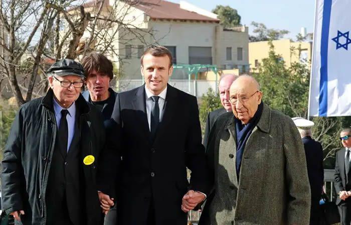 Emmanuel Macron avec l'ancien chasseur de nazis, Serge Klarsfeld, et le survivant de l'Holocauste, Raphael Esrail à Jérusalem, le 23 janvier 2020.) — AFP