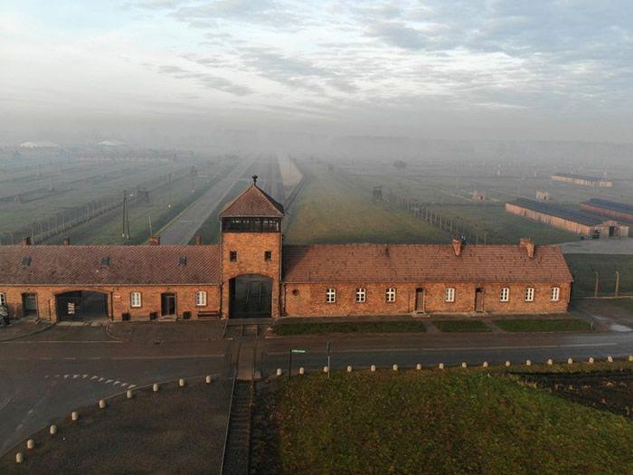 Vue de l'entrée ferroviaire du camp d'extermination Auschwitz-Birkenau en décembre 2019 à Oswiecim, en Pologne / AFP/Archives