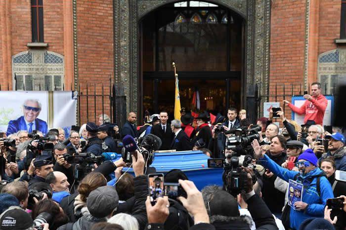 Michou repose dans un cercueil bleu capitonné, conformément à ses volontés.   AFP / ALAIN JOCARD