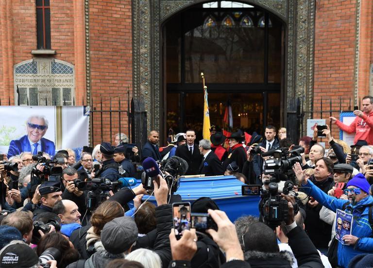 Les badauds photographient le cercueil bleu de Michou. ALAIN JOCARD/AFP