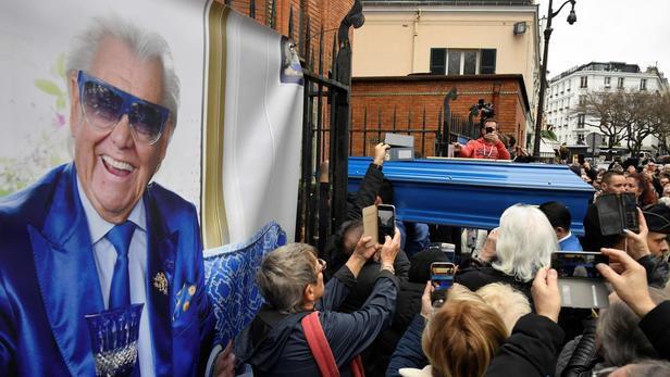 Le cercueil bleu de Michou entre dans l'église Saint-Jean de Montmartre. LIONEL BONAVENTURE/AFP