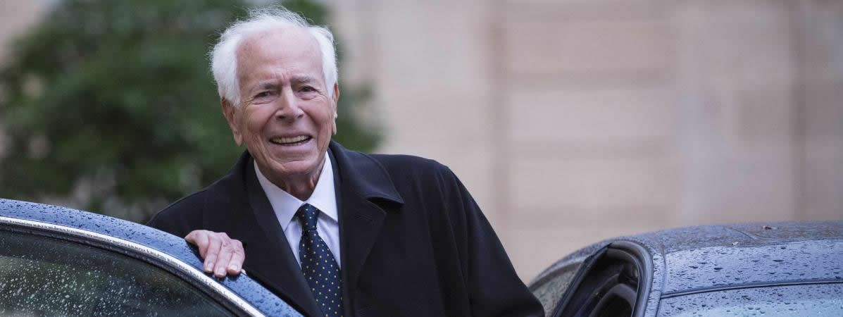 Jean Daniel quitte l'Elysée après avoir reçu la Légion d'honneur, le 17 septembre 2013.  (MAXPPP)