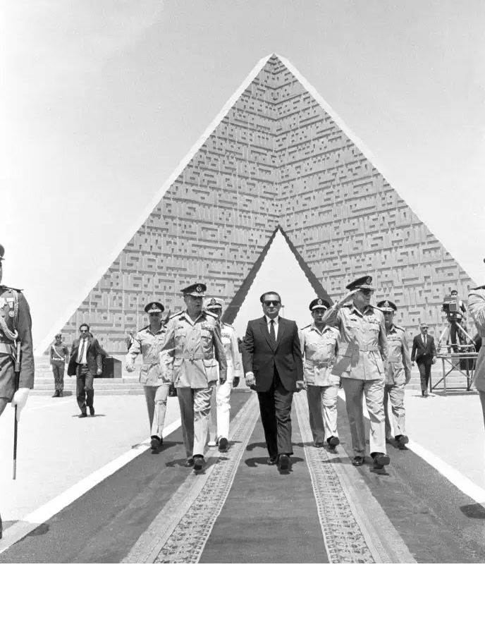 Hosni Moubarak à la tombe du soldat inconnu le 24 avril 1986, date anniversaire du retrait israélien de la péninsule du Sinaï. STRINGER / REUTERS