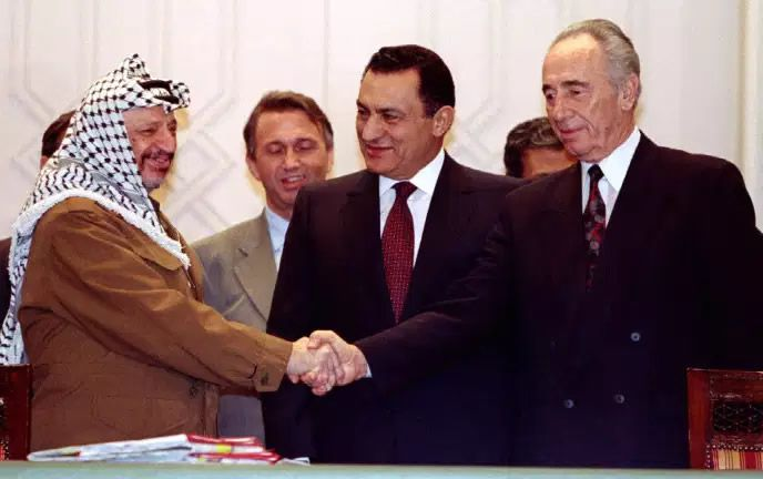 Yasser Arafat, Hosni Moubarak et Shimon Pérès, au Caire le 10 février 1994, à la signature d'un accord sur des questions de sécurité.