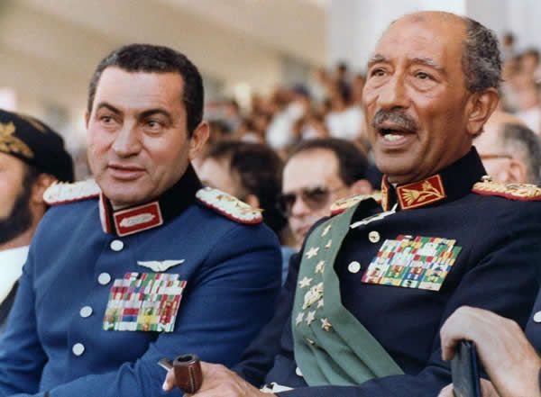 Hosni Moubarak, alors vice-président de l'Égypte aux côtés d'Anouar al-Sadate, quelques minutes avant l'attentat qui coûta la vie au président, le 6 octobre 1981, au Caire. AFP
