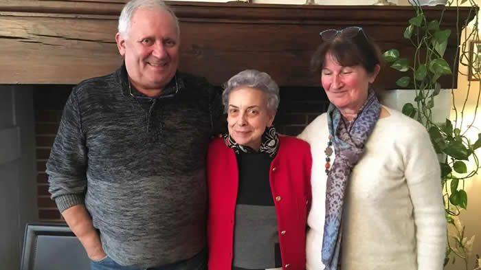 Hubert Farout, Edith Bossavit et Eliane Ravidat entretiennent la mémoire des victimes du pont Lasveyras. © Radio France - Chloé Martin