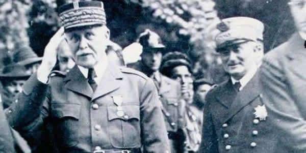 Le Néracais François Darlan au côté du maréchal Pétain, le 21 août 1941, au monument aux morts à l'entrée de la Garenne