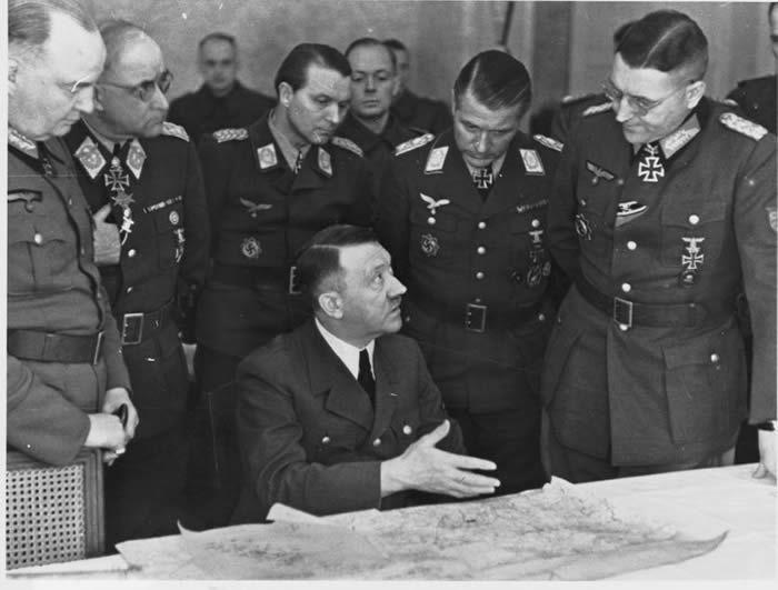 Hitler entouré de généraux de la Wehrmacht