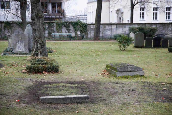 Comme celles d'autres dirigeants du IIIe Reich, la tombe de Reinhard Heydrich avait été rendue anonyme pour éviter qu'elle devienne un lieu de pèlerinage néonazi. | ODD ANDERSEN / AFP