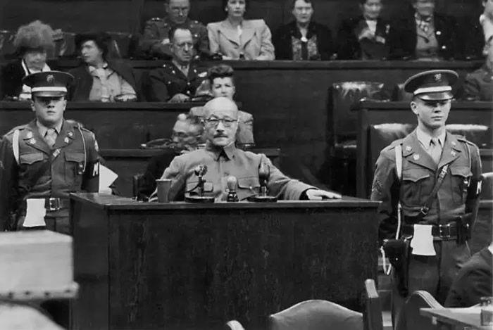 Le général Hideki Tojo, premier ministre du Japon de 1941 à 1944, témoigne devant le Tribunal militaire international pour l'Extrême-Orient, le 7 janvier 1948