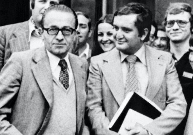 Août 1977, Christian Bonnet (à gauche) aux côtés du jeune Jean-Pierre Raffarin. Photo AFP