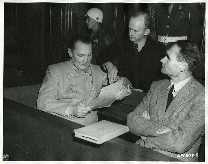 Hermann Göring, Karl Dönitz, et Rudolf Hess lors du procès