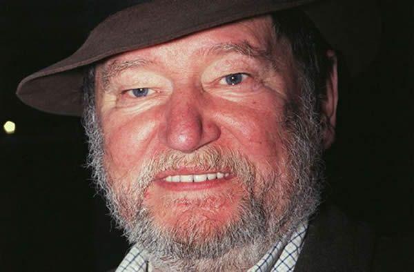 Maurice Barrier vivait à Montréal depuis 1962 avec son épouse. Il était aussi le narrateur des différents spectacles de Montréal en lumière. SALESSE Florian