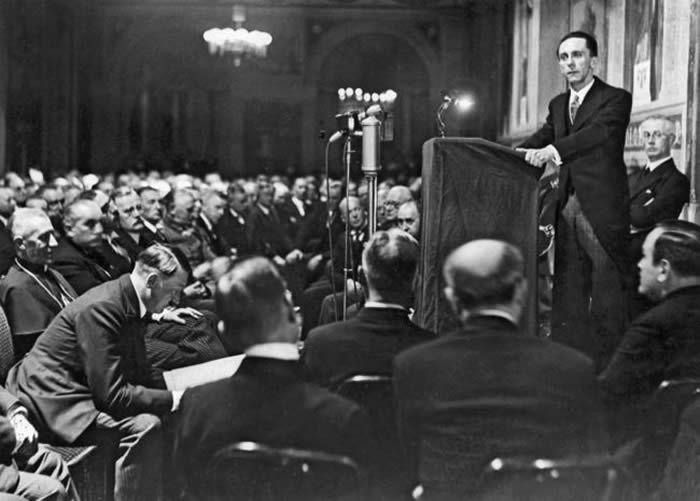 En 1933, Joseph Goebbels, tout juste nommé ministre, s'adresse aux diplomates et aux correspondants étrangers pour expliquer la politique du Reich. Au premier rang, Adolf Hitler ne perd rien du discours de son disciple. Interfoto / LA COLLECTION