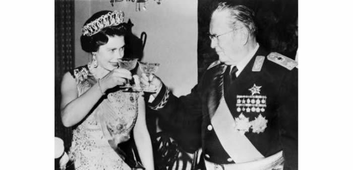 Photo d'archives montrant la reine Elisabeth II aux côtés de l'ancien leader yougoslave Josip Broz Tito lors de sa visite officielle en Yougoslavie le 21 octobre 1972. ((c) Afp)