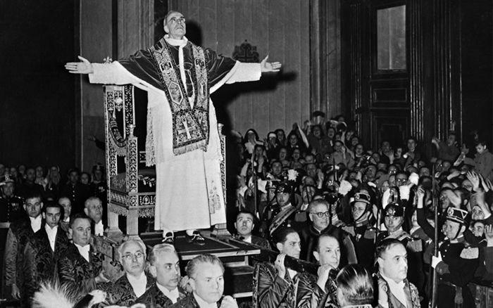 Le pape Pie XII bénit les fidèles au Vatican, le 4 mars 1949. (Crédit : INTERCONTINENTALE / AFP)