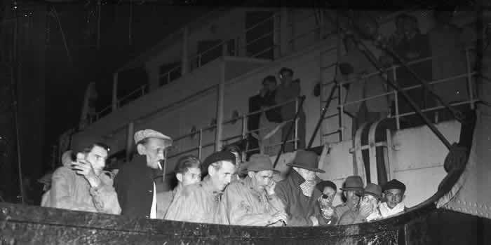 """Début mai 1949, 158 anciens bagnards débarquent libres du bateau """"l'Ile de Noirmoutier"""" sur le quai des Chartrons à Bordeaux en provenance de Cayenne en Guyane Crédit photo : Archives """"Sud Ouest"""""""
